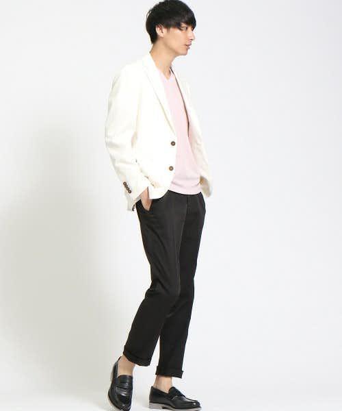 白ジャケットとブラックパンツのメンズコーディネート