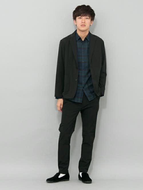 カーキチェックシャツと黒ジャケットのメンズコーディネート