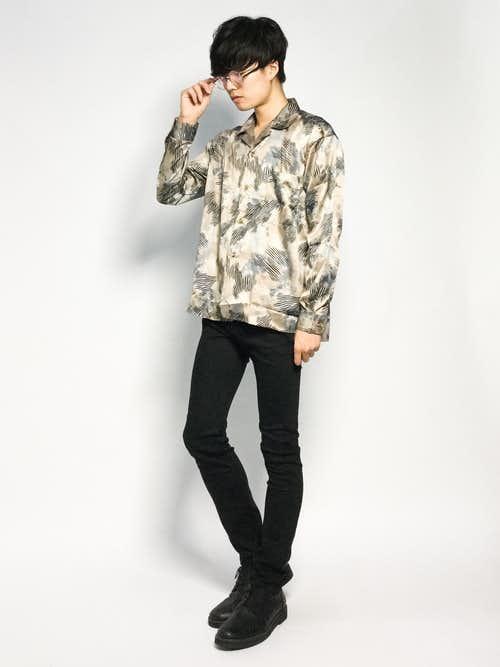 ベージュシャツ×スキニーパンツのメンズコーデ
