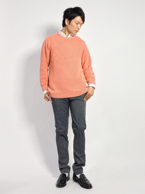 ピンクセーターと白シャツのメンズ着こなし