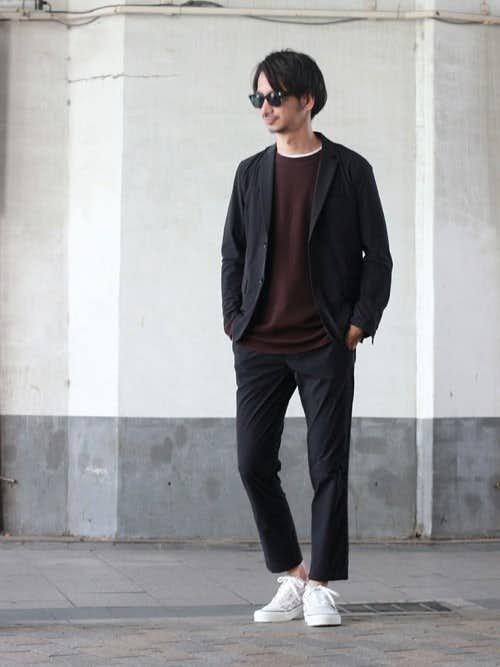 黒ジャケットとボルドーTシャツのメンズコーディネート