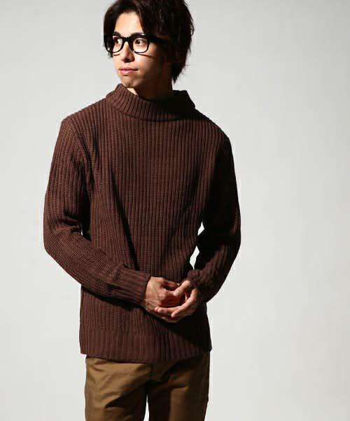 ブラウンのネックセーター
