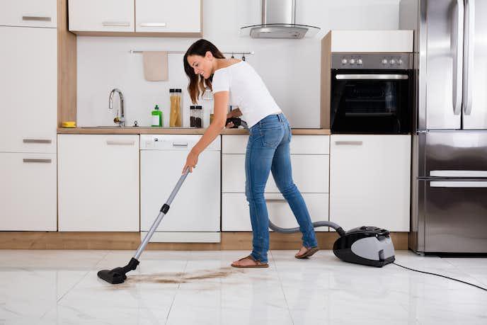 紙パック式掃除機を使う女性