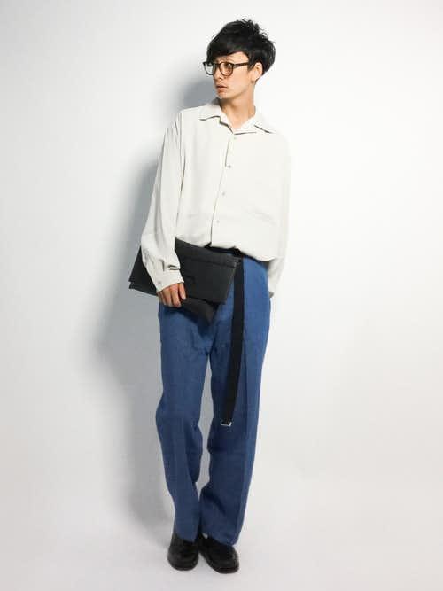グレーシャツとワイドパンツのメンズコーデ