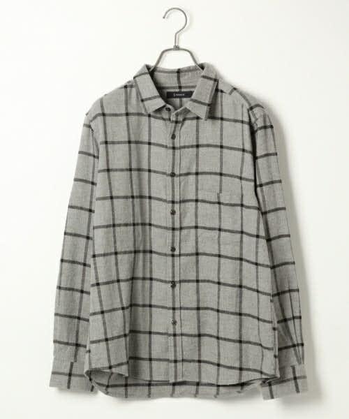 グレーのチェックシャツ