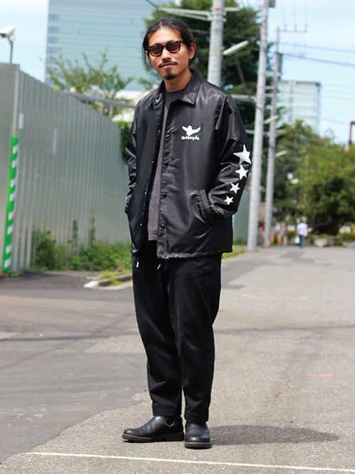 黒ナイロンジャケットと黒パンツのメンズコーディネート