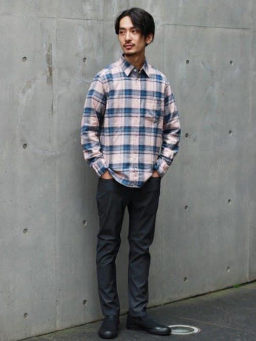 ピンクチェックシャツと黒スキニーパンツのメンズコーディネート