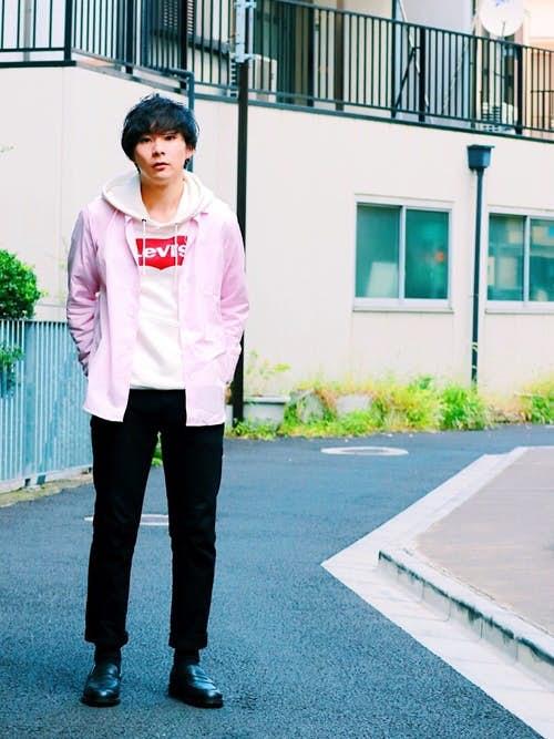 ピンクシャツと白パーカーのメンズコーディネート