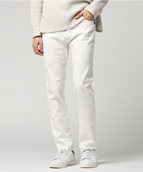 コーディネートで使われている白パンツ