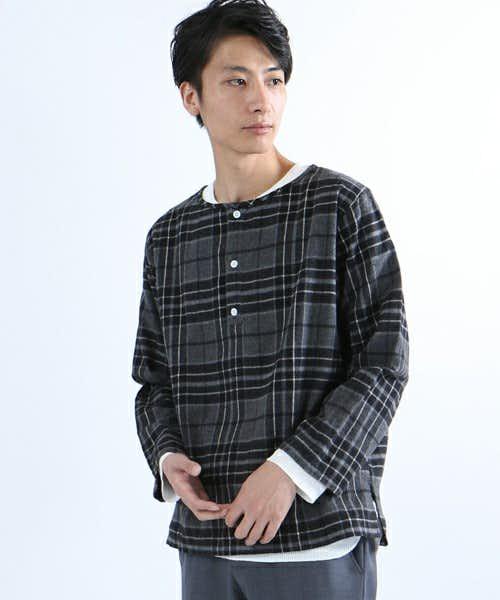 黒チェックのヘンリーネックシャツ