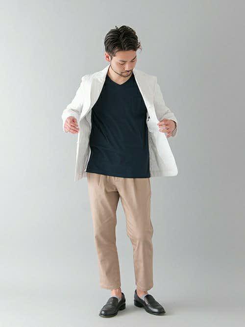 白ジャケットと黒Tシャツのメンズ春コーディネート