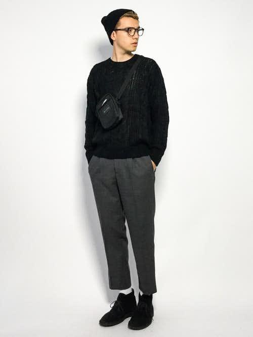 黒セーターとグレースラックスのメンズコーディネート