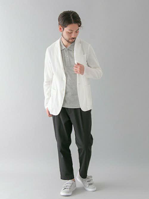 白ジャケットとグレーポロシャツのメンズコーディネート