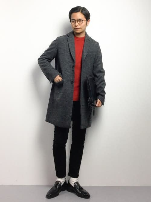 赤セーターと革靴シューズのメンズコーディネート