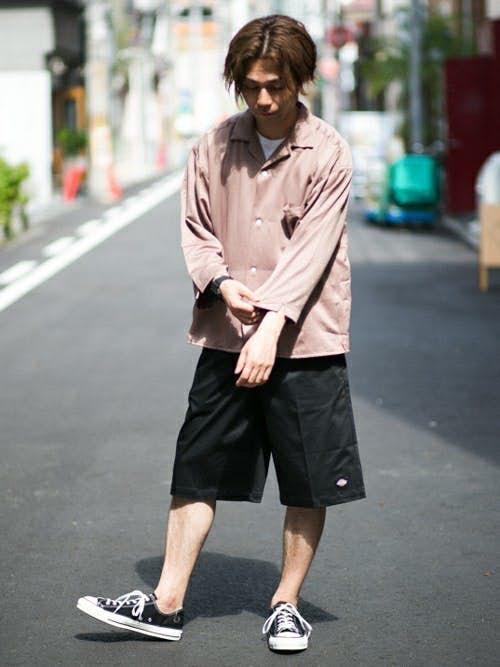 長袖ピンクシャツと黒ハーフパンツのメンズコーディネート
