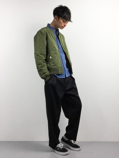 デニムシャツとカーキMA-1のメンズコーディネート