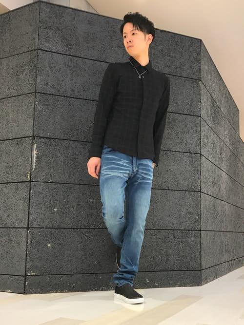 黒チェックシャツとデニムパンツのメンズコーディネート