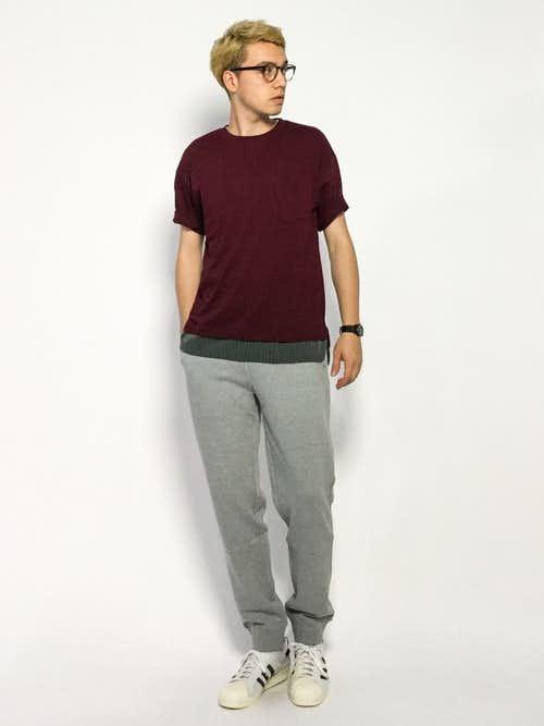 赤Tシャツとグレースウェットパンツのメンズコーディネート
