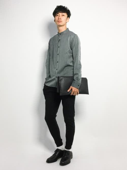 グレーシャツとジョガーパンツのメンズコーデ