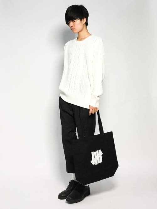 白セーター×黒パンツのメンズコーディネート
