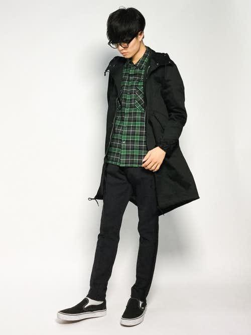 緑のチェックシャツとモッズコートのメンズコーデ