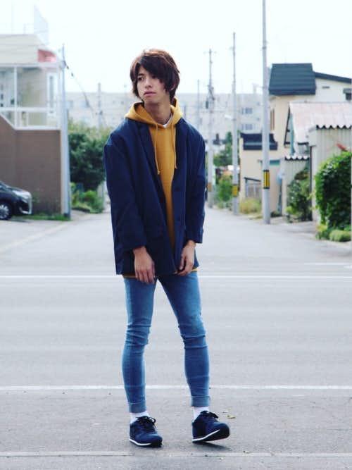 ネイビージャケットとオレンジパーカーのトレンドコーデ