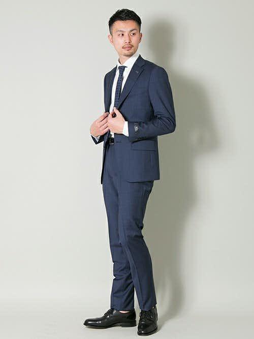 ネイビースーツにネイビーネクタイを合わせたメンズコーデ