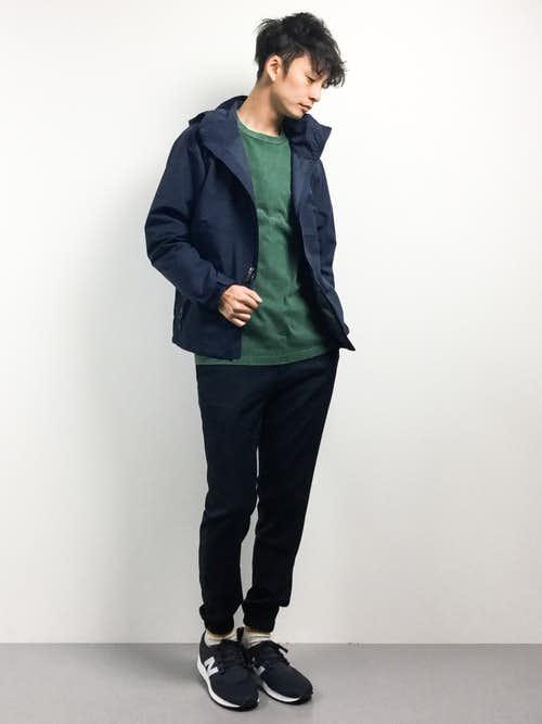黒ナイロンジャケットと緑スウェットのメンズコーディネート