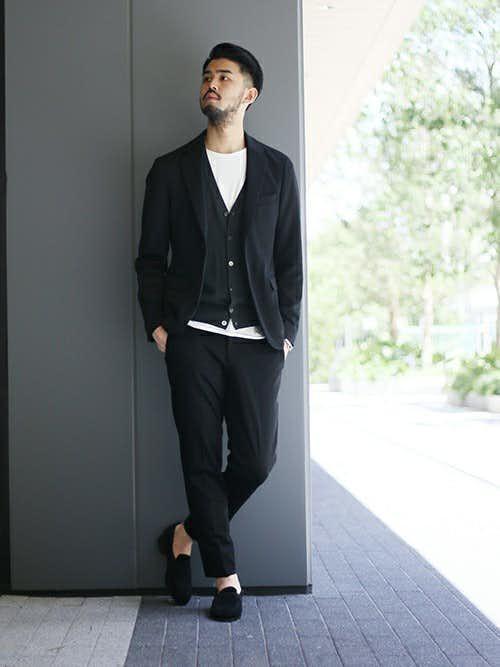 黒ジャケットとカーディガンの重ね着スタイル