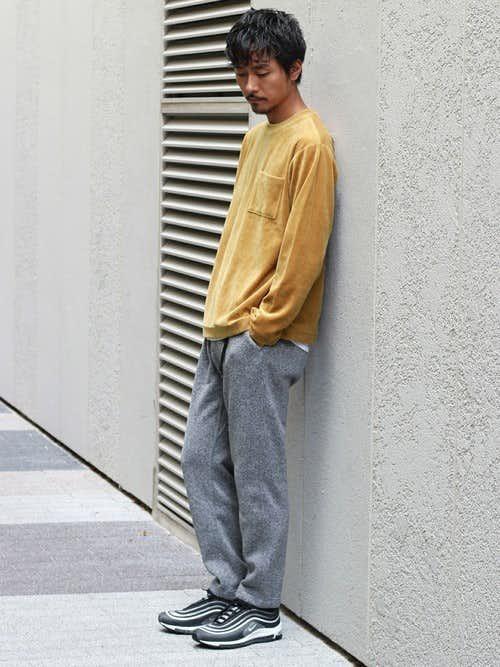 イエローTシャツとグレースウェットパンツのメンズコーディネート
