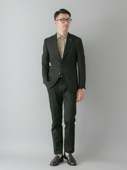 黒スーツのセットアップコーデ
