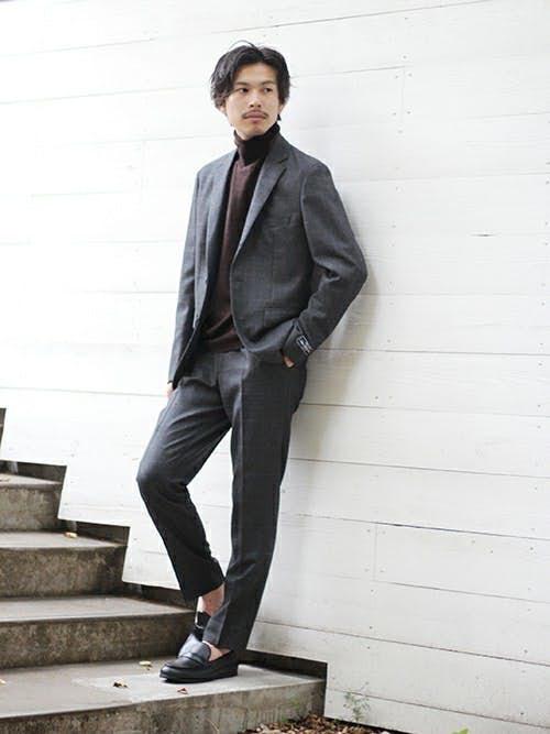 ブラウンタートルネックとスーツのメンズコーデ