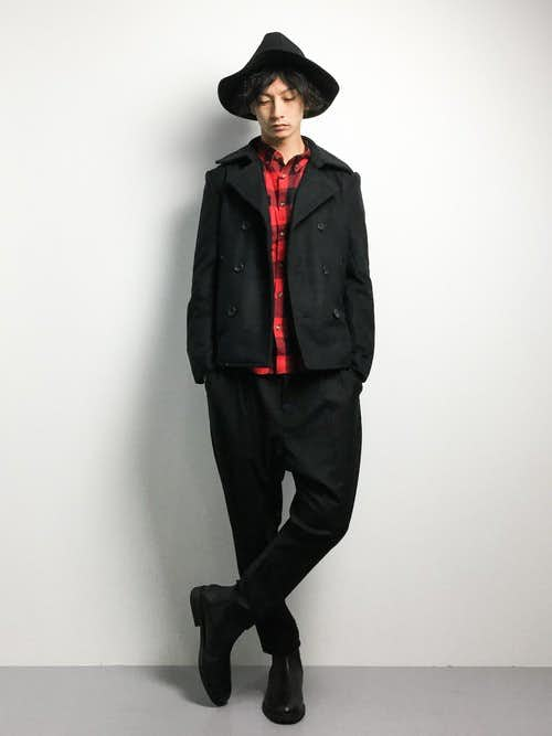 黒ピーコートと赤チェックシャツのメンズコーディネート