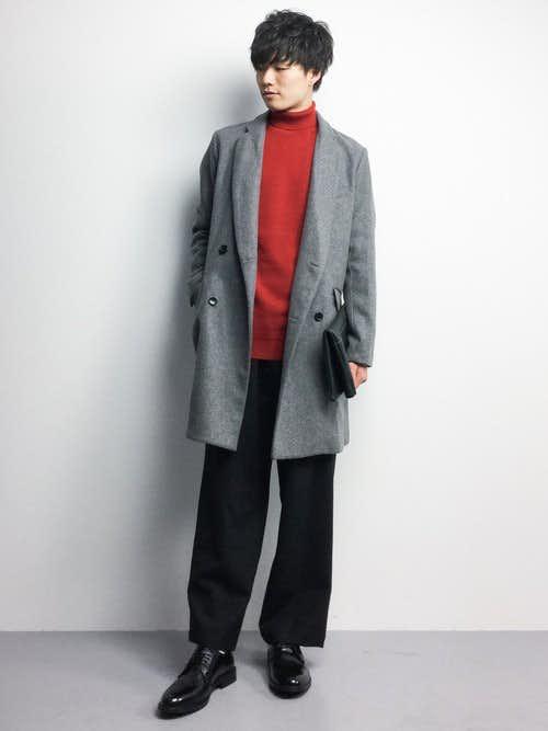 赤セーターとクラッチバッグのメンズコーディネート