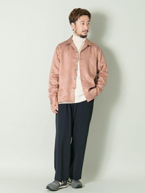 ピンクシャツと白タートルネックのメンズコーディネート