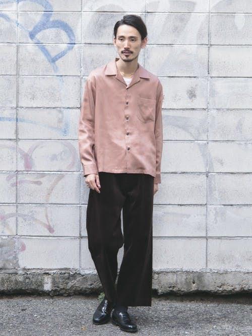 ピンクシャツと黒パンツのメンズコーディネート