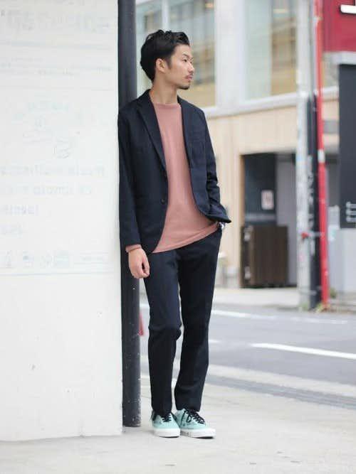 ネイビージャケットとピンクTシャツのメンズコーディネート