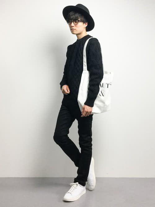 黒セーターと白シューズのメンズコーディネート