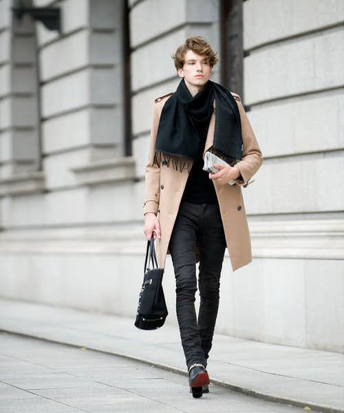 ブラックコーデの差し色にコートを使う