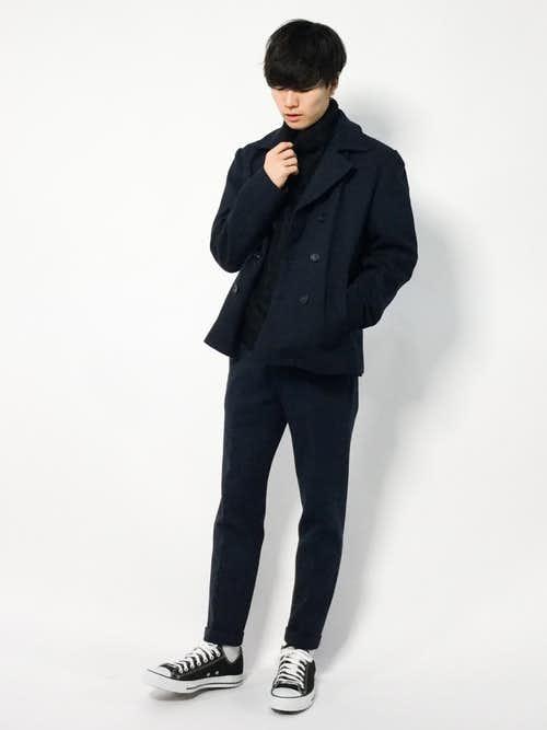 黒ピーコートと黒パンツのコーデに黒スニーカーを合わせたメンズコーディネート