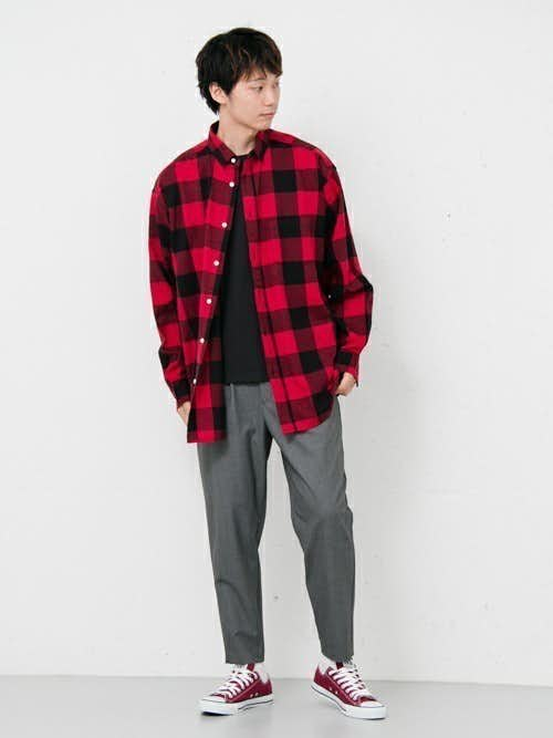 赤チェックシャツと赤スニーカーのメンズコーディネート