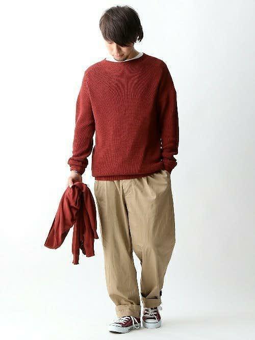 赤ニットと白Tシャツのコーデに赤スニーカーを合わせた着こなし