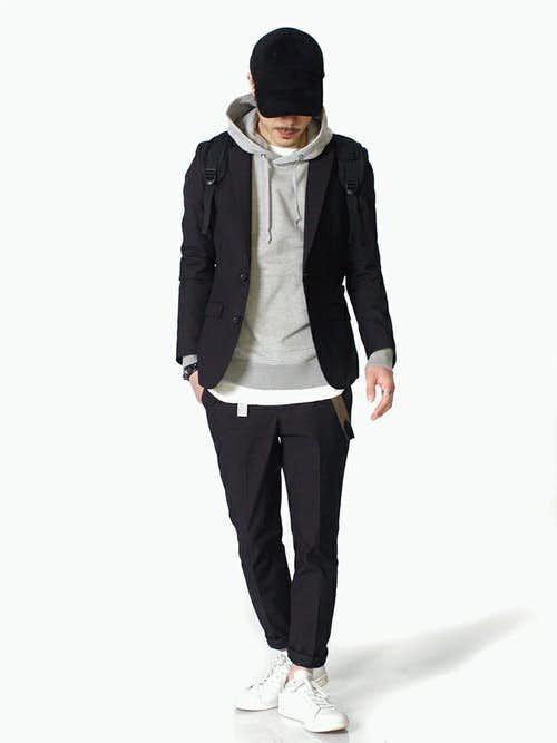 パーカー+白Tシャツの重ね着にジャケットを合わせたメンズコーデ