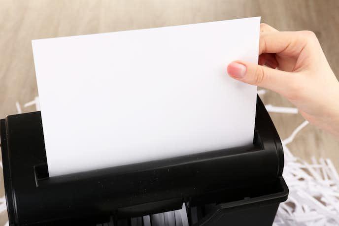 シュレッダーで紙を細断している