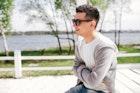 シャツ×カーディガンのメンズ着こなし術。おしゃれな重ね着コーデを徹底解説 | Smartlog