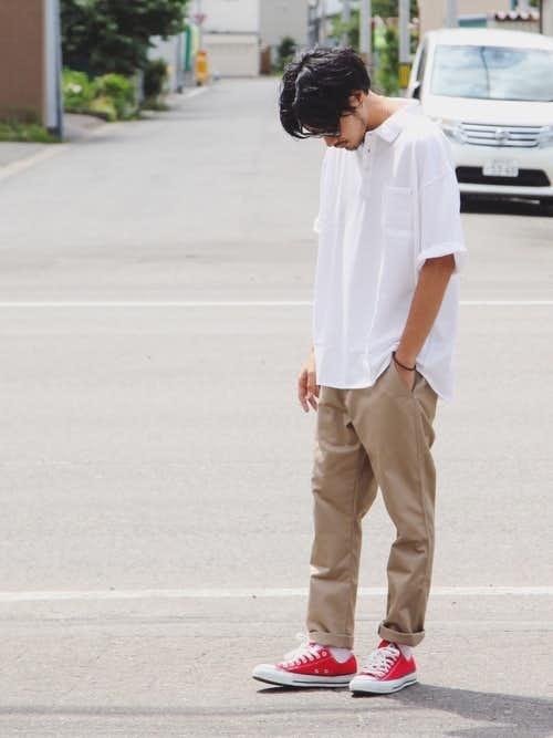 白ポロシャツと赤スニーカーのメンズコーディネート