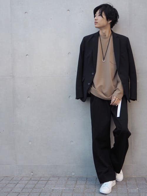 黒ジャケットとベージュTシャツのメンズコーディネート