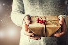 女性は、プレゼントを渡したときの「男のリアクション」をしっかりと見ている【褒め上手への道 #12】   Smartlog