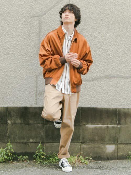 オレンジブルゾンとストライプシャツのメンズコーディネート