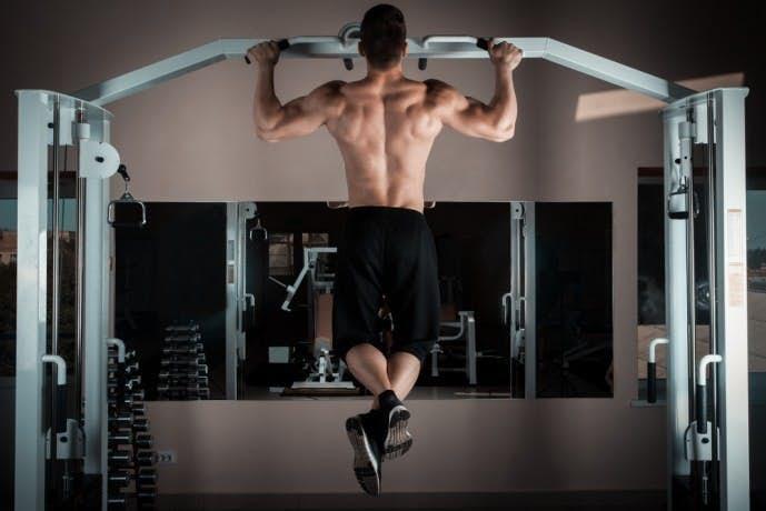 背筋を鍛えられる自重トレーニング「懸垂」